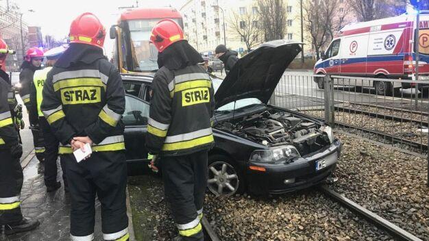 """Auto zderzyło się z tramwajem. """"Kierująca zakleszczona w pojeździe"""""""