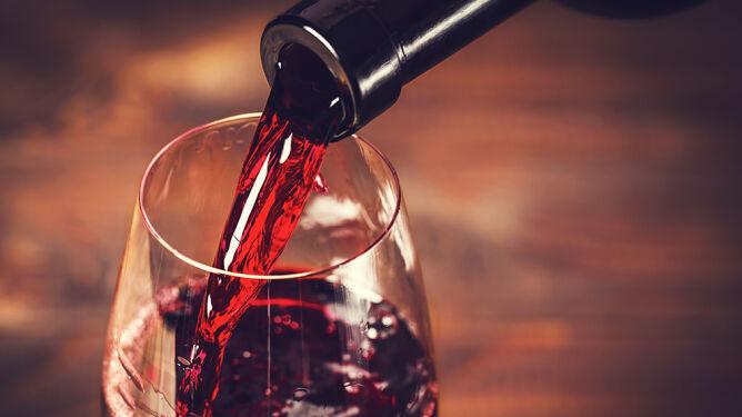 Odstrasza pluskwy, wydłuża życie. Zalety czerwonego wina