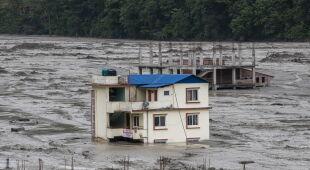 Powódź po monsunowych opadach deszczu w Nepalu (PAP/EPA/NARENDRA SHRESTHA)