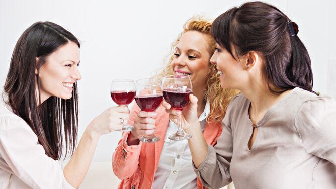 Kobiety piją coraz więcej. <br />Doganiają mężczyzn